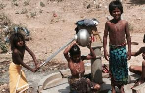 Children collecting water in India